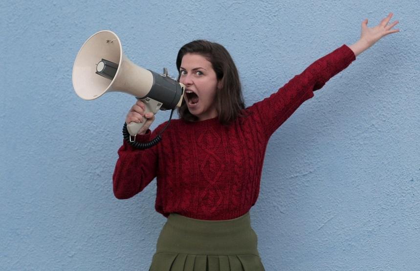 девушка с мегафоном