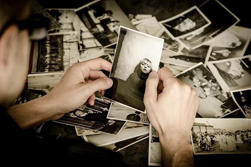 глядя на черно-белые фото